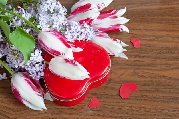 Bukiet bzu i tulipanów oraz pudełko w kształcie serca