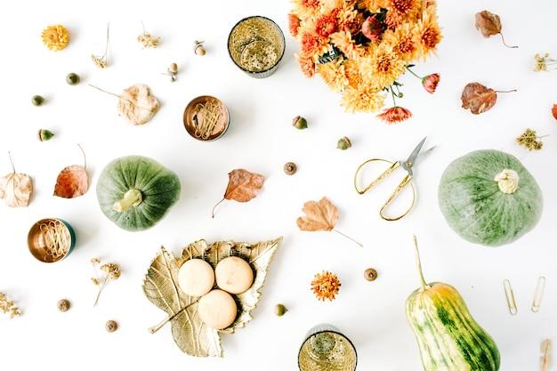 Bukiet chryzantemy, dynia, liście, złote nożyczki na białym tle