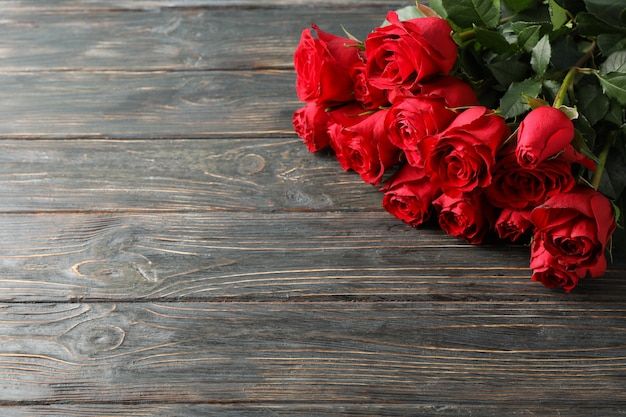 Bukiet czerwone róże na drewnianym tle, przestrzeń dla teksta