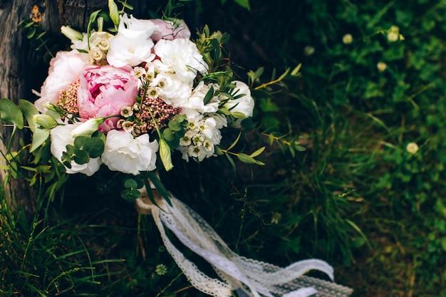 Bukiet czerwonych i różowych kwiatów
