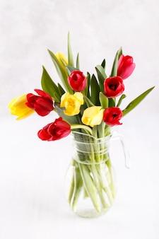 Bukiet czerwonych i żółtych tulipanów