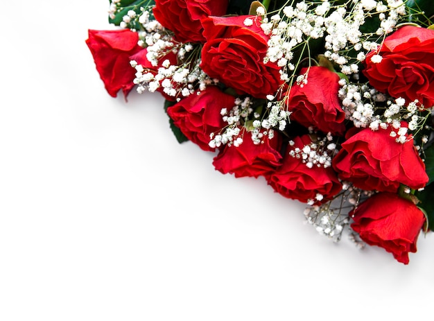 Bukiet czerwonych róż na białej powierzchni