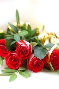 Bukiet czerwonych róż na białym
