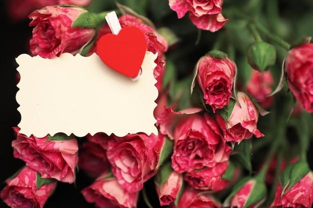 Bukiet czerwonych róż na czarnym matowym tle