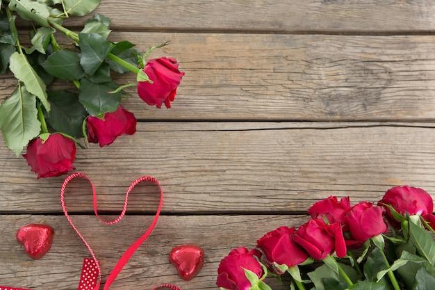 Bukiet czerwonych róż na drewnianym stole