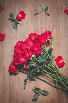 Bukiet czerwonych róż na stole