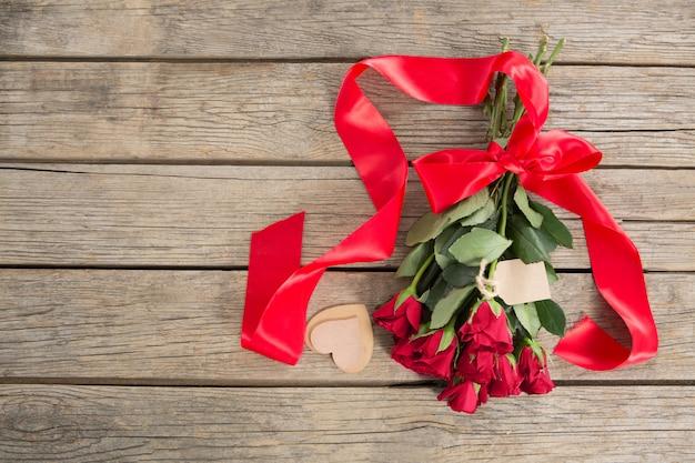 Bukiet czerwonych róż otoczony dekoracją w kształcie serca