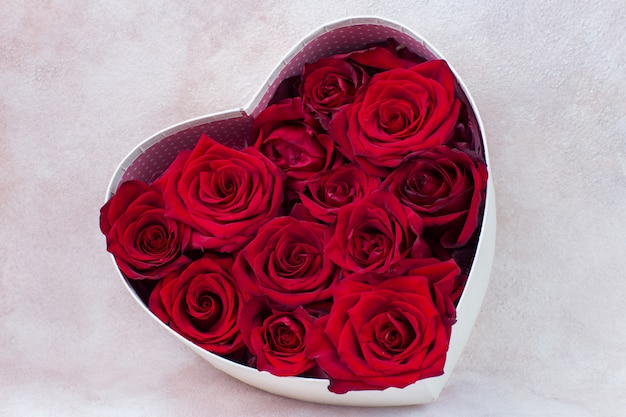 Bukiet czerwonych róż w pudełku w kształcie serca
