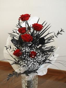 Bukiet czerwonych róż w wazonie