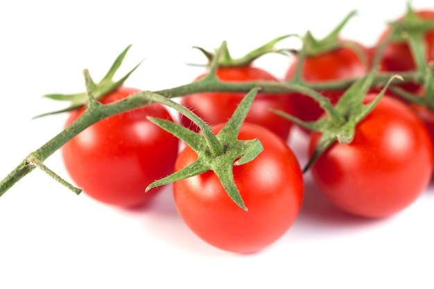 Bukiet czerwonych smacznych świeżych pomidorów na białym tle.