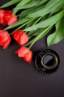 Bukiet czerwonych tulipanów i filiżankę kawy
