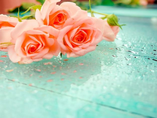 Bukiet delikatnych róż na ściągaczce w tetrad.