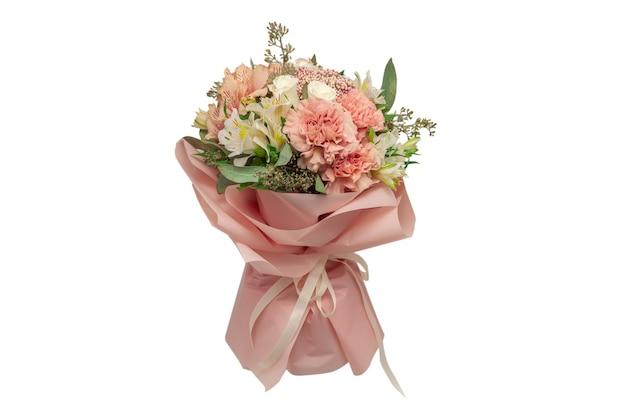 Bukiet delikatnych różowych kwiatów w różowym papierze do pakowania.