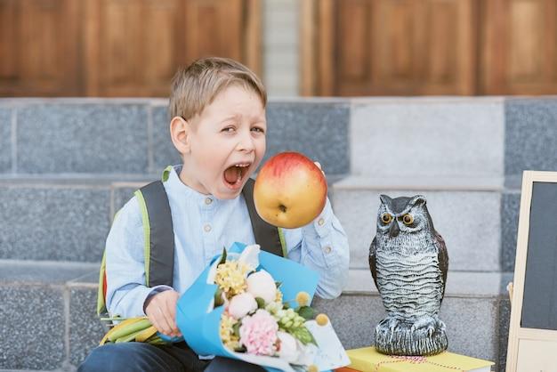 Bukiet dla pierwszego ukochanego nauczyciela pierwszego września. kwiaty na ostatni dzwonek. dzień wiedzy. rozpoczęcie roku szkolnego