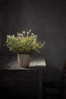 Bukiet dzikich kwiatów na starym drewnianym stole