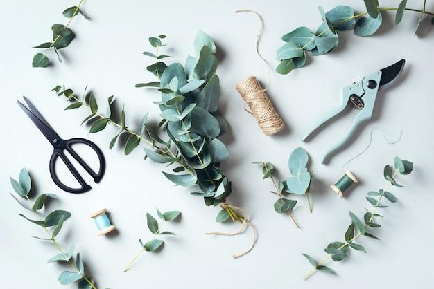 Bukiet eukaliptusowy tworzący z błękitnymi gałęziami eukaliptusa