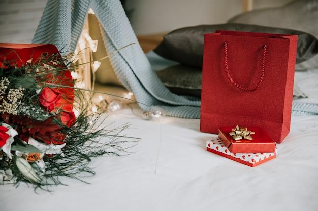 Bukiet i ładne prezenty w pobliżu koc namiotu