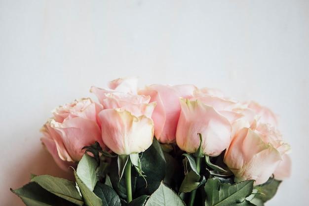 Bukiet jasnoróżowych róż w tle