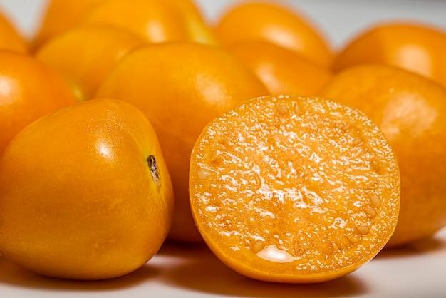 Bukiet jasny żółty dojrzałych goldenberries cape na białym tle. fotografia makro.