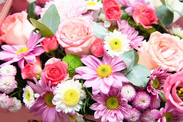 Bukiet jasnych kwiatów. piękne zbliżenie ikiebana.