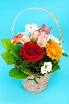 Bukiet jasnych, pięknych kwiatów na niebieskiej powierzchni