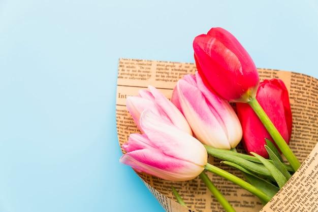 Bukiet jasnych świeżych kwiatów w papier rzemieślniczy