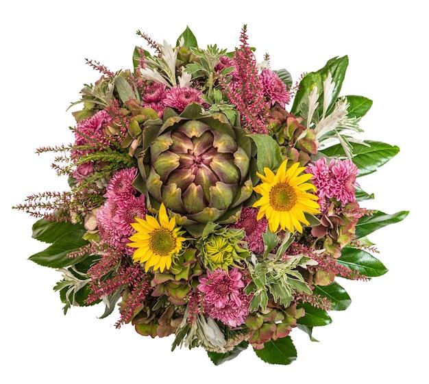 Bukiet jesiennych kwiatów. kompozycja kwiatowa ze słonecznikami, chryzantemą, karczochem