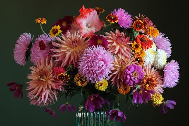 Bukiet jesiennych kwiatów ogrodowych zbliżenie na ciemnym tle astry i dalie