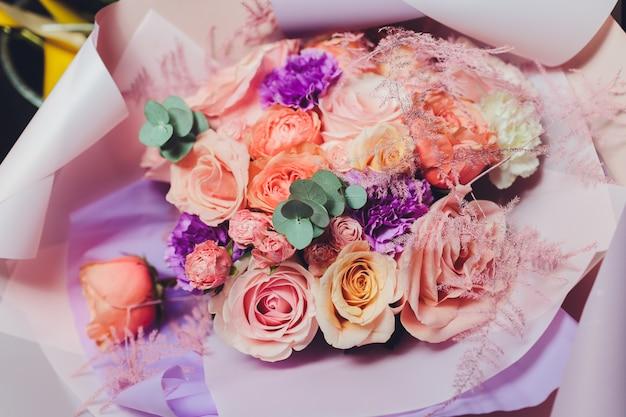 Bukiet kolorowych kwiatów. róże tulipany urodziny, wielkanoc, dzień matki, walentynki, pozdrowienia, gratulacje.