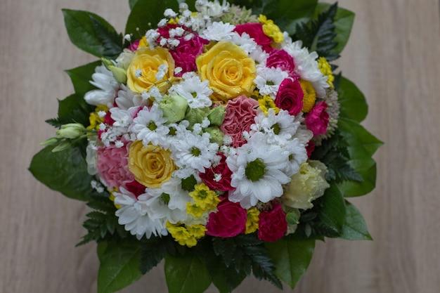 Bukiet kolorowych kwiatów z bliska