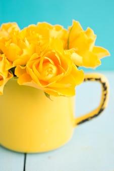 Bukiet kolorowych mini róż w wazonie