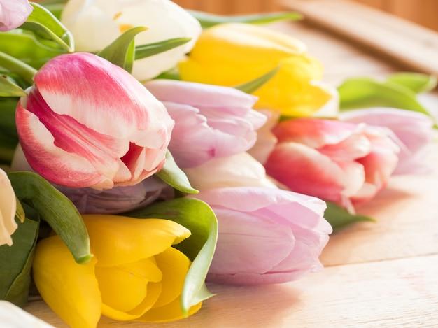 Bukiet kolorowych tulipanów na drewniane tła