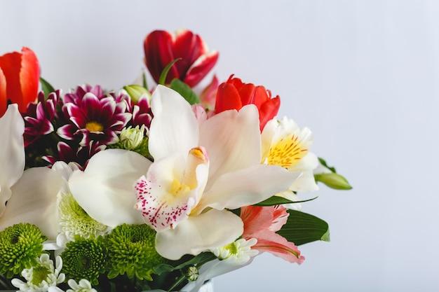 Bukiet kolorowych wiosennych kwiatów na białym tle.