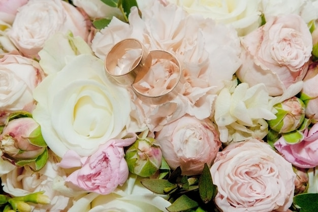 Bukiet kwiatów. bukiet panny młodej. bukiet ślubny. florystyka. obrączki ślubne. bukiet ślubny z różnych kolorów.
