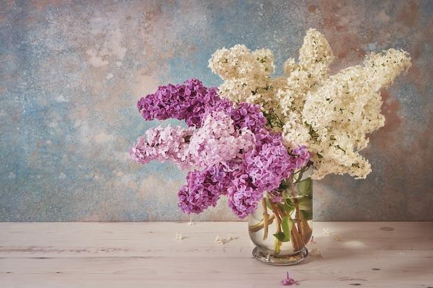 Bukiet kwiatów bzu w szklanym wazonie o