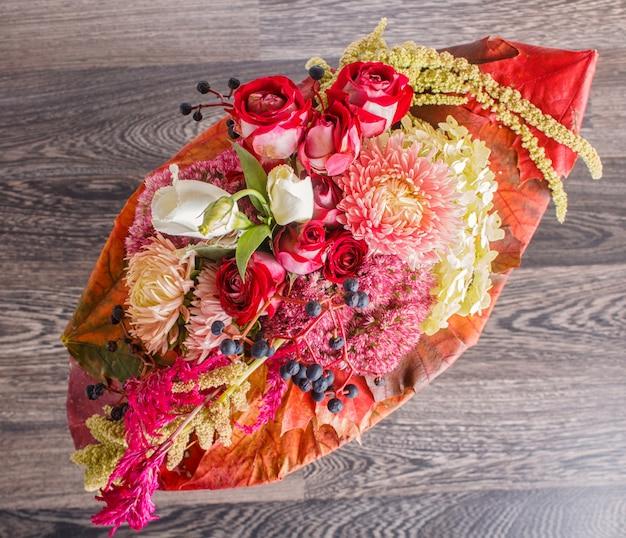 Bukiet kwiatów jesienią na ramie
