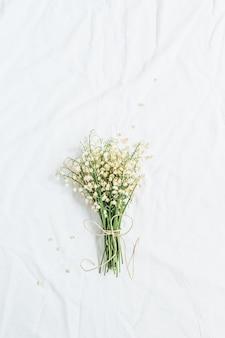 Bukiet kwiatów konwalii na białej powierzchni