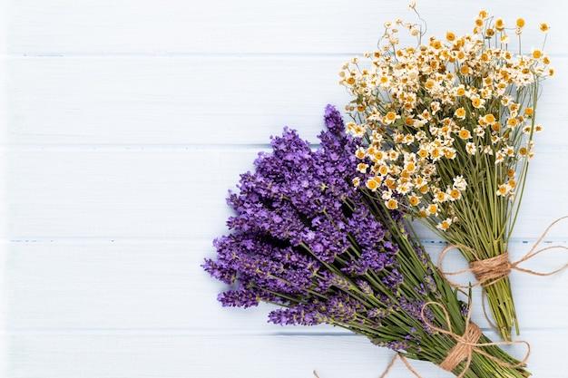 Bukiet kwiatów lawendy wiązanej na białym tle na białej powierzchni