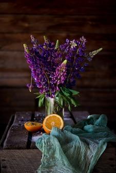 Bukiet kwiatów letnich fioletowych łubinów
