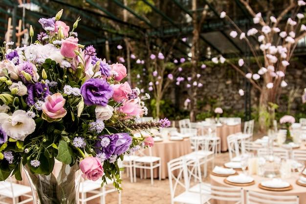 Bukiet kwiatów na przyjęciu w sali balowej