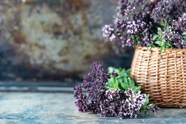 Bukiet kwiatów oregano na drewnianym stole