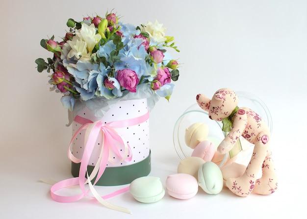 Bukiet kwiatów, pianek i ręcznie robionego misia