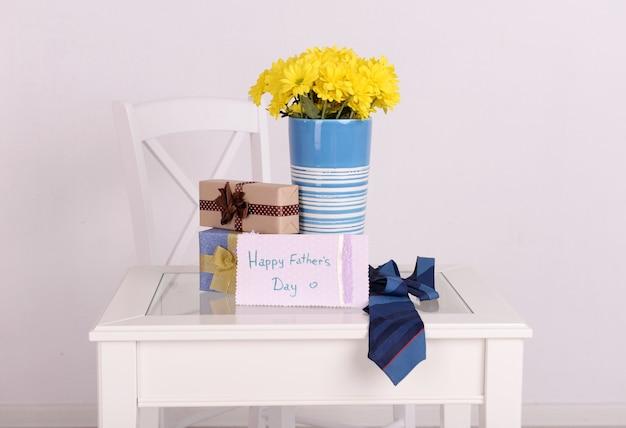 Bukiet Kwiatów, Pudełko I Krawat Na Dzień Ojca W Pokoju Premium Zdjęcia