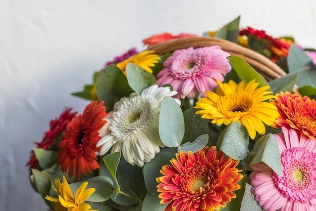 Bukiet kwiatów, rumianek, stokrotka, gerbera, delikatny letni bukiet na białym tle