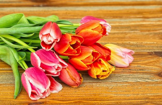 Bukiet kwiatów tulipanów na starym brązowym tle
