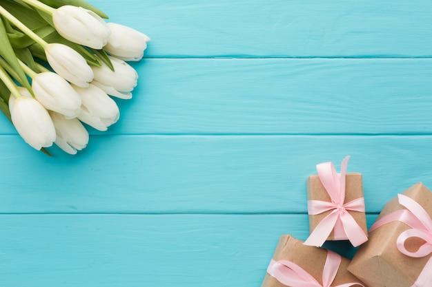 Bukiet kwiatów tulipanów z zapakowanymi prezentami