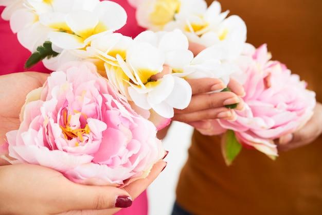 Bukiet kwiatów w rękach kobiet
