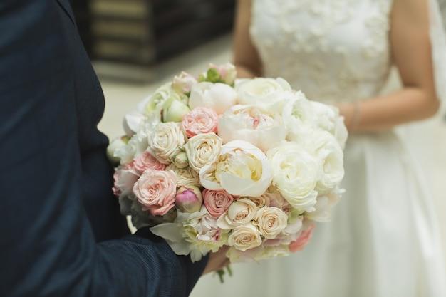 Bukiet kwiatów w rękach panny młodej