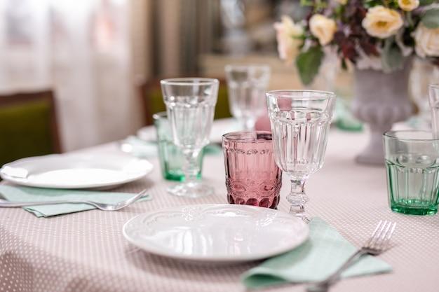 Bukiet kwiatów w wazonie przy stole weselnym.