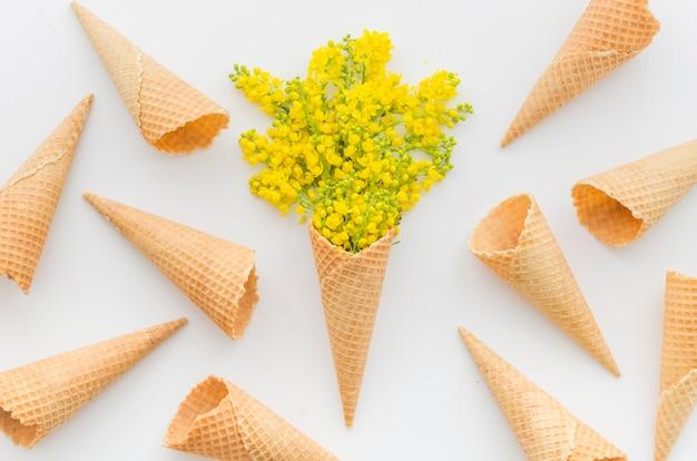 Bukiet kwiatów z kornetem
